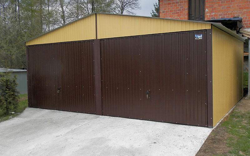 Duże garaże z bramami uchylnymi i dwuskrzydłowymi